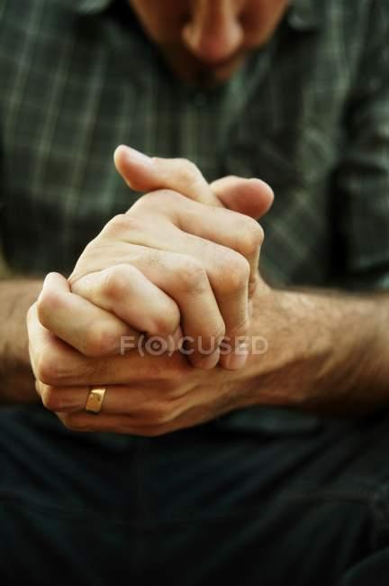Mani piegate insieme — Foto stock