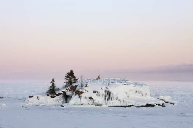 Fels im Eis am See — Stockfoto