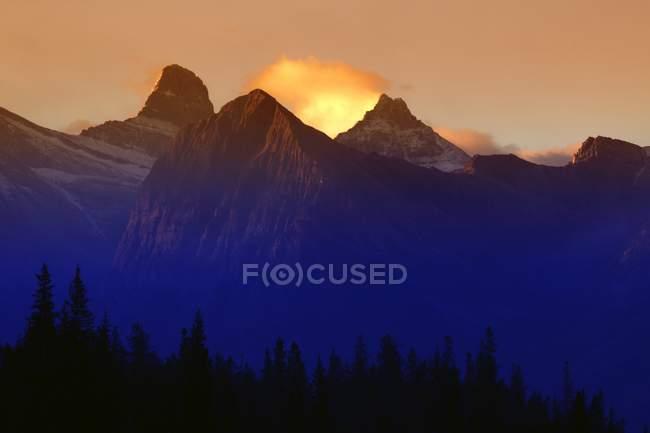 Горные вершины на восходе солнца — стоковое фото