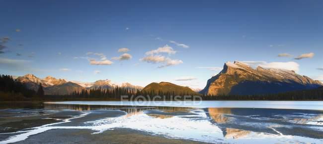 Lago con ghiaccio sull'acqua — Foto stock