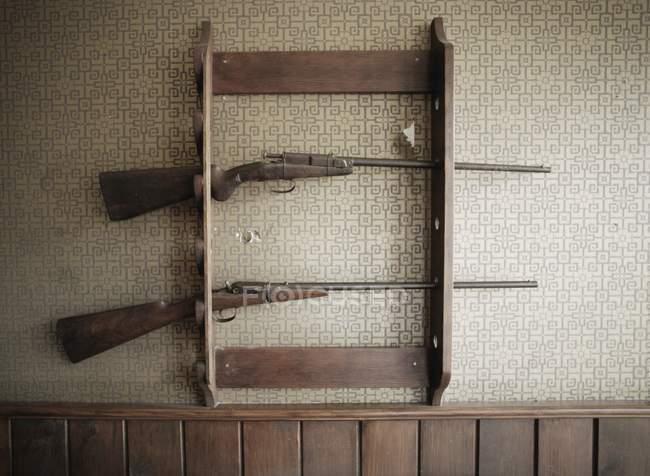 Porta-armas com armas na parede, dentro de casa — Fotografia de Stock