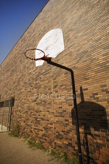 Basketballkorb gegen Mauer — Stockfoto