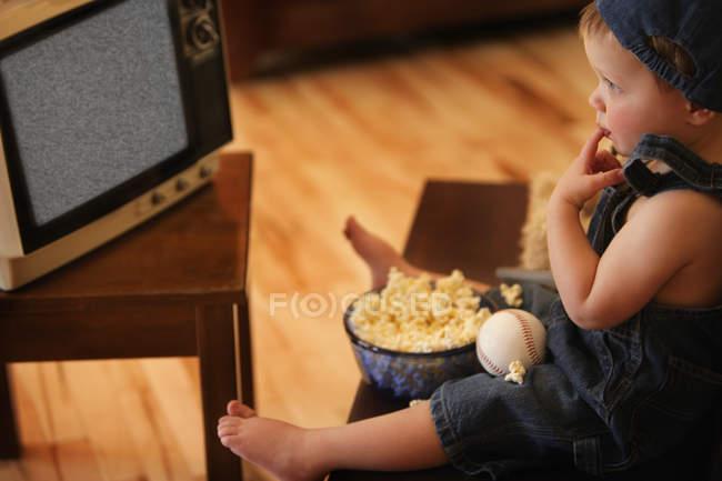 Ragazzo guardare la televisione vuota — Foto stock