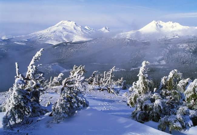 Trois sœurs et les montagnes de haut cassée — Photo de stock