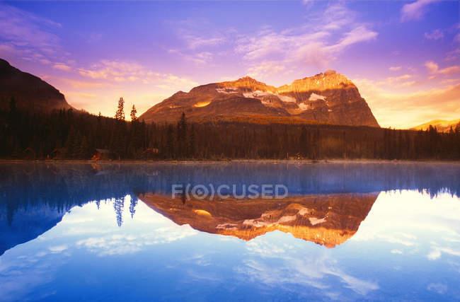 Lago scenico con acqua pulita — Foto stock