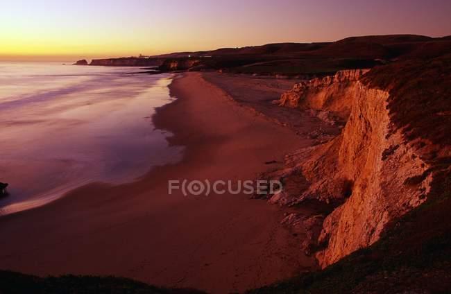 Littoral et la plage au coucher du soleil — Photo de stock