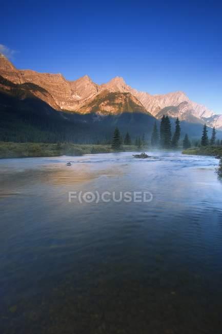 Lever du soleil sur le lac de montagne — Photo de stock