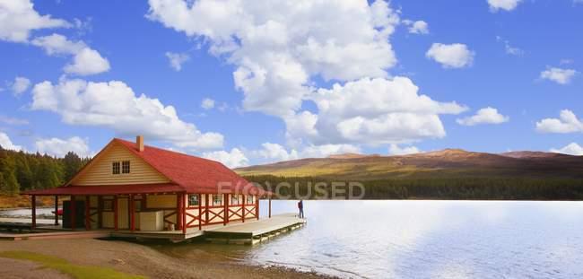Ferienhaus am Ufer des Sees — Stockfoto