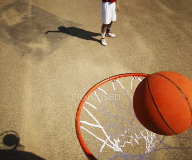 Баскетболист с мячом — стоковое фото