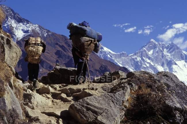 Montañeros en picos - foto de stock