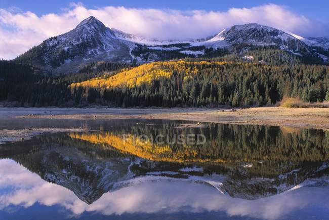 Mountain lake with reflection of peaks — Stock Photo