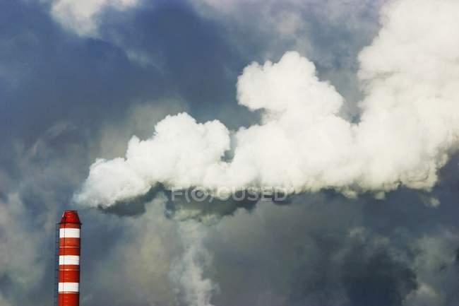 Schornstein mit Rauch gegen Himmel — Stockfoto