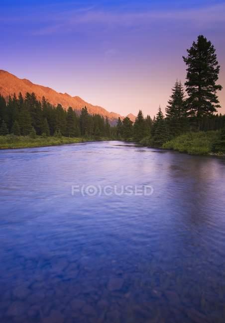 Pôr-do-sol montanha sobre lago montanha — Fotografia de Stock