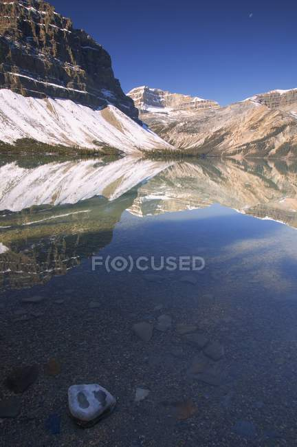 Riflessione scenica nel lago mountail — Foto stock
