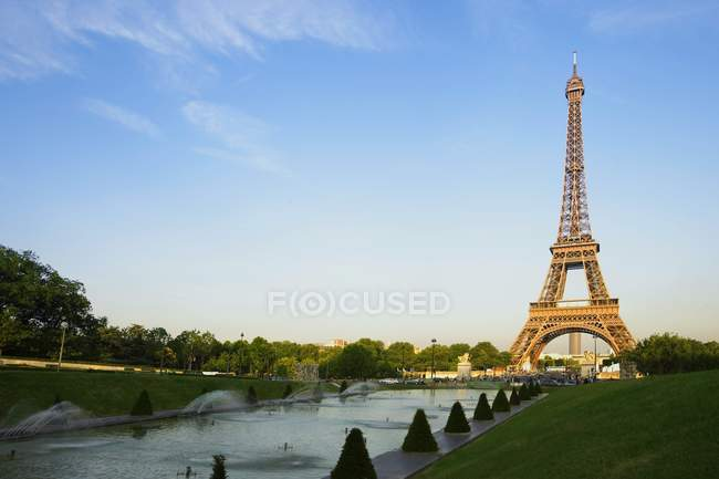 Eiffel Tower with small pond — Stock Photo