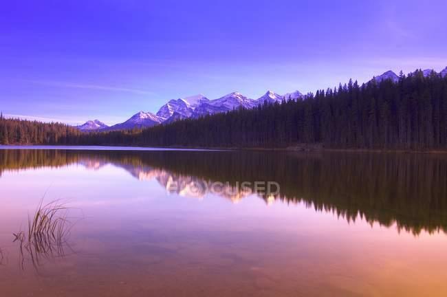 Réflexion dans l'eau des sommets montagneux — Photo de stock
