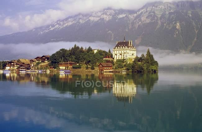 Lago de montanha e a cidade — Fotografia de Stock