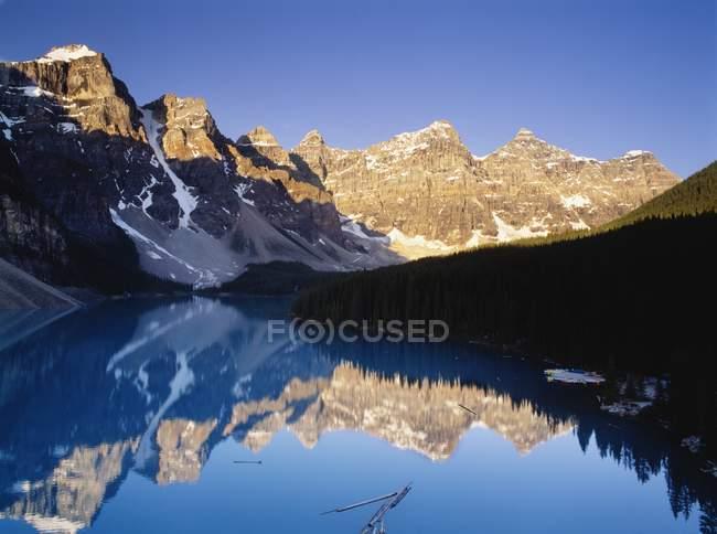Отражение в воде горных вершин — стоковое фото