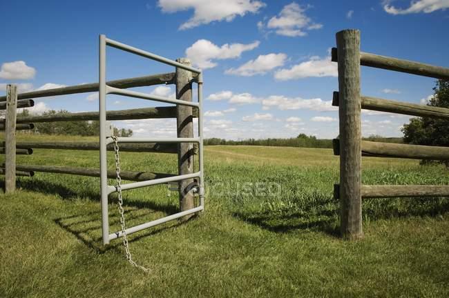 Cancello aperto in fattoria — Foto stock