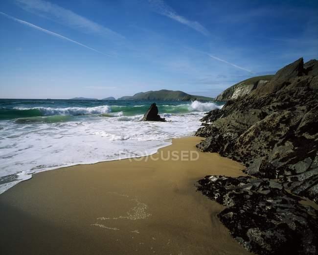 Песчаный пляж с камнями — стоковое фото
