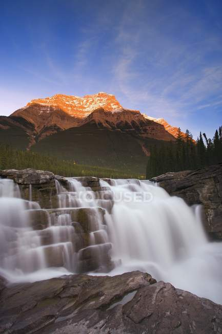 Живописный горный водопад — стоковое фото