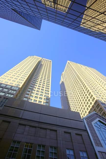Edifícios durante o dia, céu azul — Fotografia de Stock