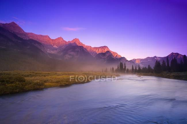 Lever de soleil sur la rivière avec montagne — Photo de stock