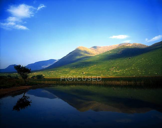Lake with reflected mountain — Stock Photo