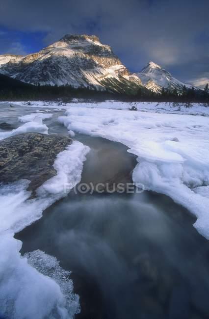 Заморожування гірській річці — стокове фото