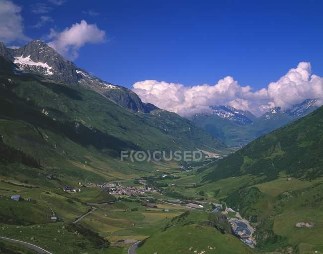 Альпийская долина с деревней в швейцарских Альпах — стоковое фото