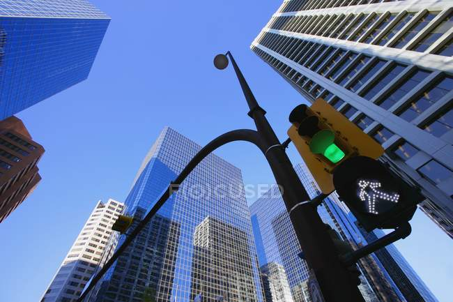 Green Street Light Downtown — Stock Photo