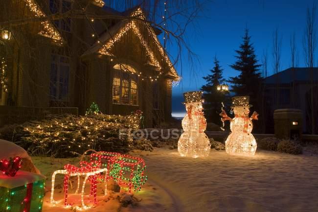 Haus mit Weihnachtsbeleuchtung — Stockfoto