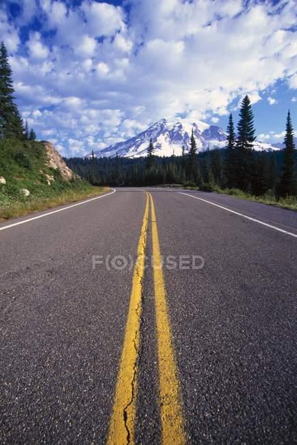 Double ligne jaune vers le bas du milieu de la route — Photo de stock