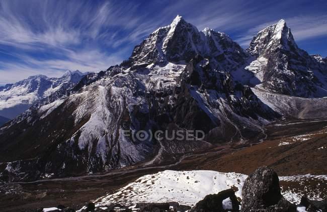 Гірський хребет з долини — стокове фото
