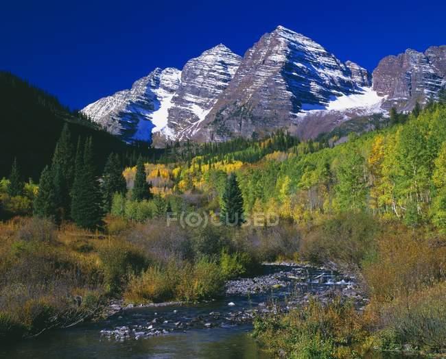 Reflexiones lago de montaña - foto de stock