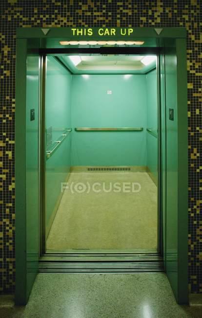 Aufzug nach oben — Stockfoto