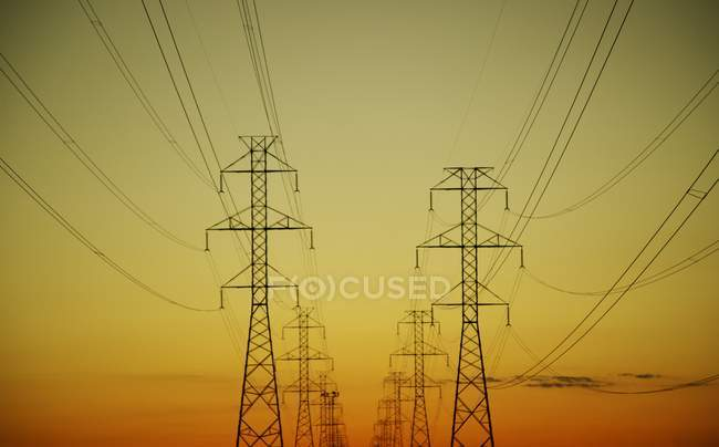 Электропередач с проводами — стоковое фото