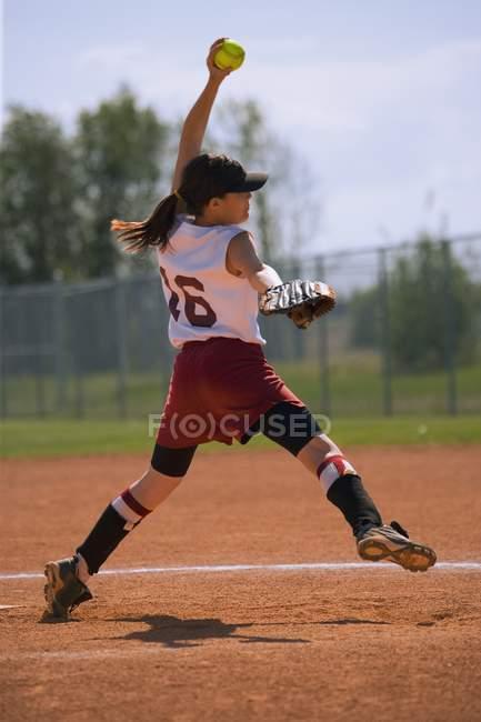 Jeune fille sinueuse jusqu'au Pitch pendant le jeu — Photo de stock