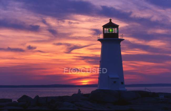 Lighthouse on top of rock — Stock Photo