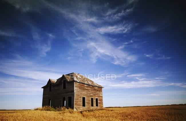 Edificio abbandonato contro il cielo — Foto stock