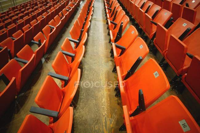 Empty red spectator seats in audience — Stock Photo