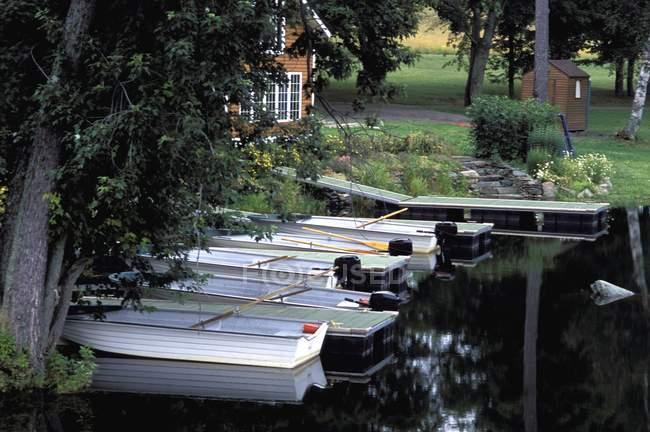 Cabana casa com barcos — Fotografia de Stock