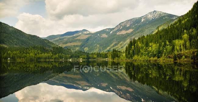 Berge spiegeln sich im ruhigen See wider — Stockfoto