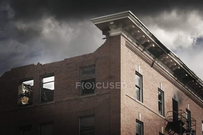 Спалили будівлі та хмари — стокове фото