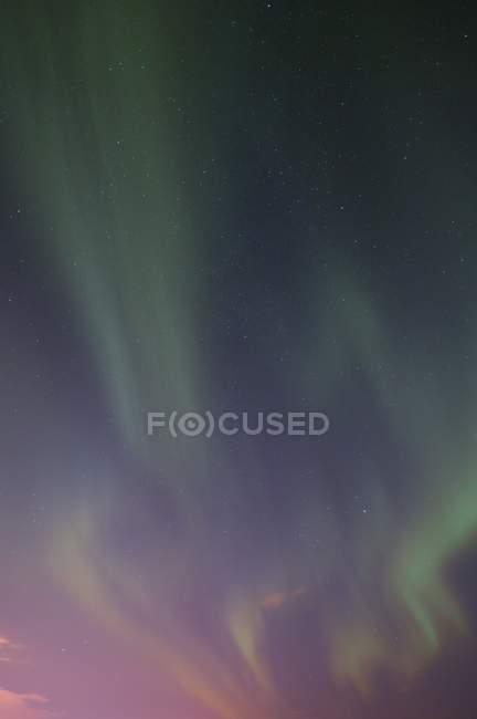 Северное сияние в небе — стоковое фото