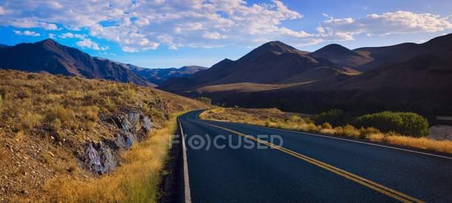 Contreforts route avec montagnes — Photo de stock