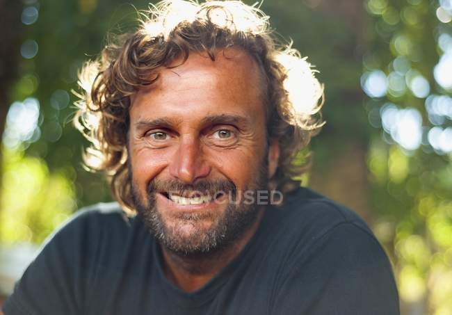 Ritratto di un uomo che sorride alla macchina fotografica — Foto stock