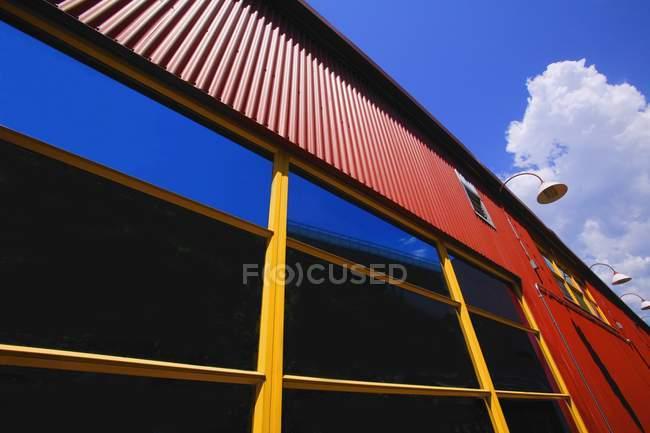 Seite des Gebäudes gegen bewölkten Himmel — Stockfoto