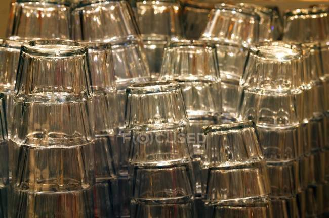 Pile di bicchieri In righe, vista del primo piano — Foto stock