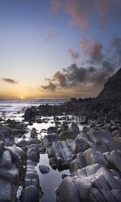Felsiger Strand mit Steinen — Stockfoto